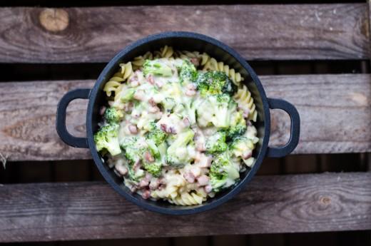 Fusilli med ost-, bacon- och broccolisås