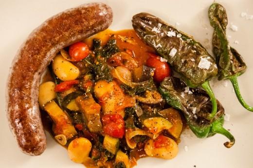 Lammkorv med bönratatouille och pimientos de padrón