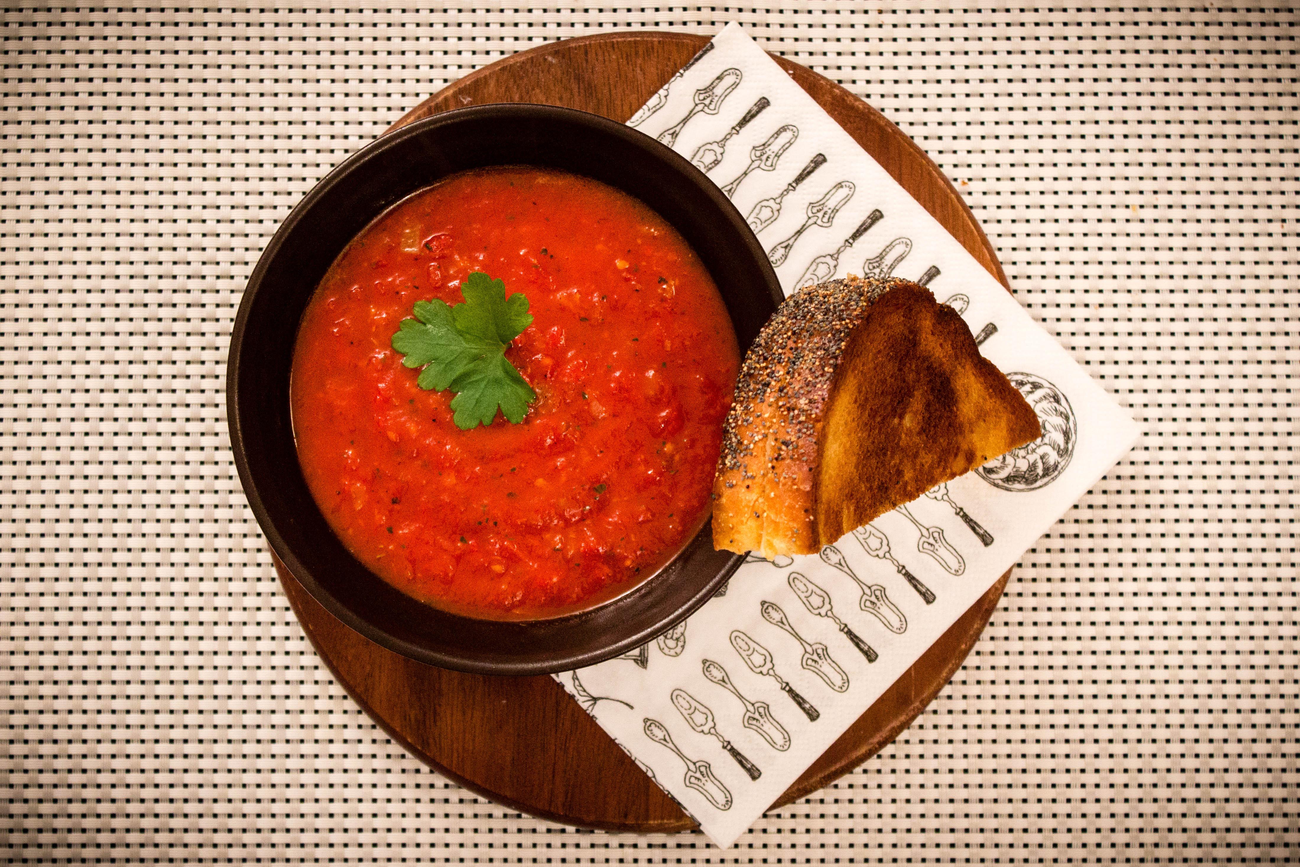 Tomatsoppa med grillad ostsmörgås