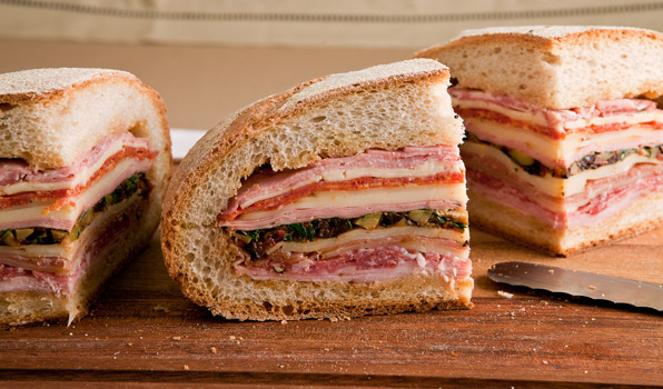 Klassisk muffuletta (Foto: In the kitchen with Stefano Faita, http://www.cbc.ca/inthekitchen/index.html)
