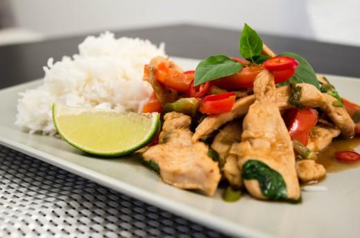 Wok med kyckling, vårlök och paprika