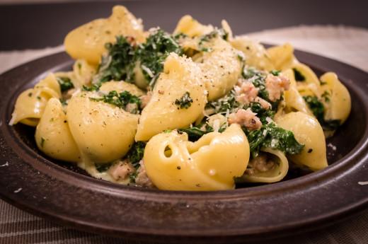Carbonara med italiensk korv och grönkål