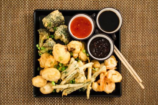 Tempura-friterade räkor och grönsaker med tre dippsåser