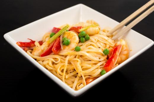 Räkor i röd curry med risnudlar
