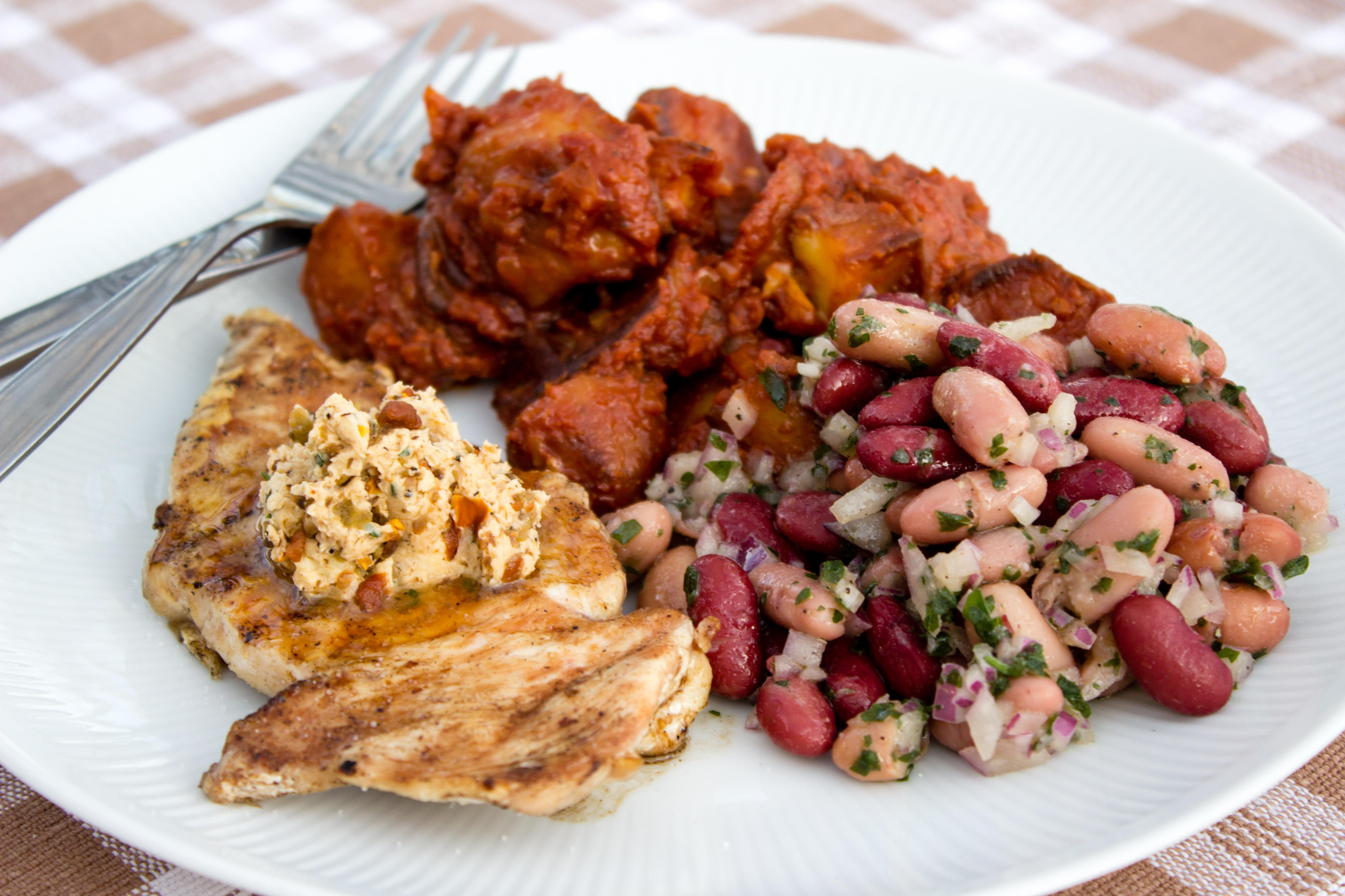 Grillad kyckling med patatas bravas och bönsallad