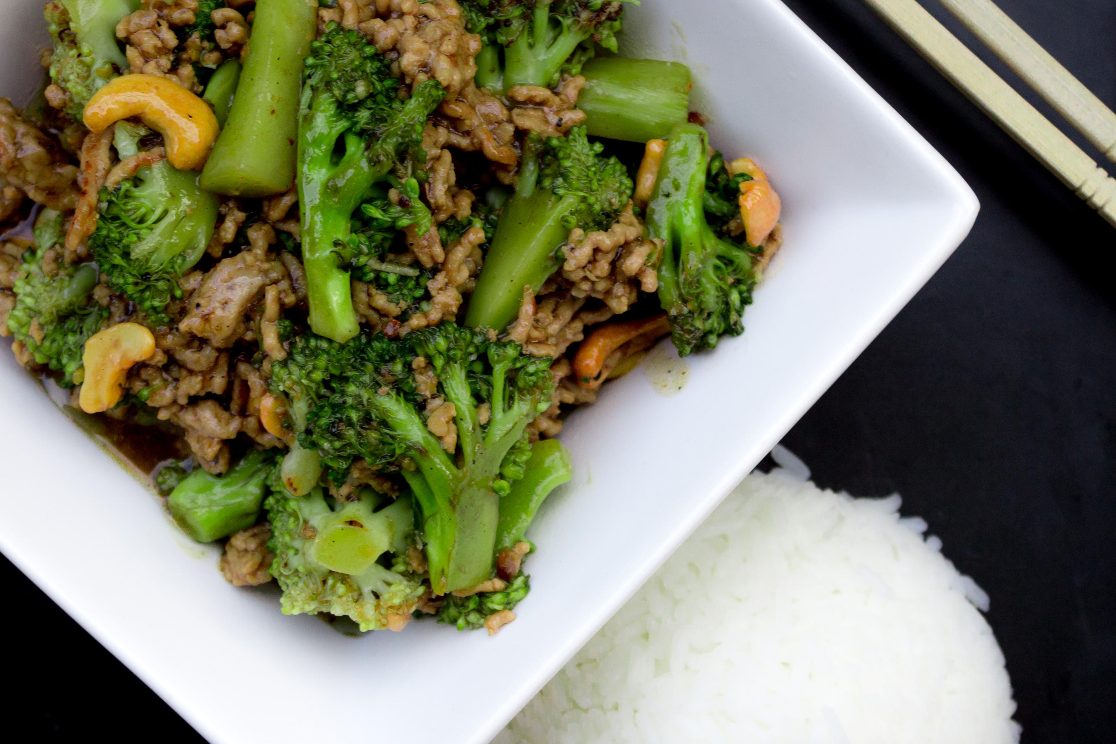 Sichuan-kryddad broccoli-wok med cashewnötter