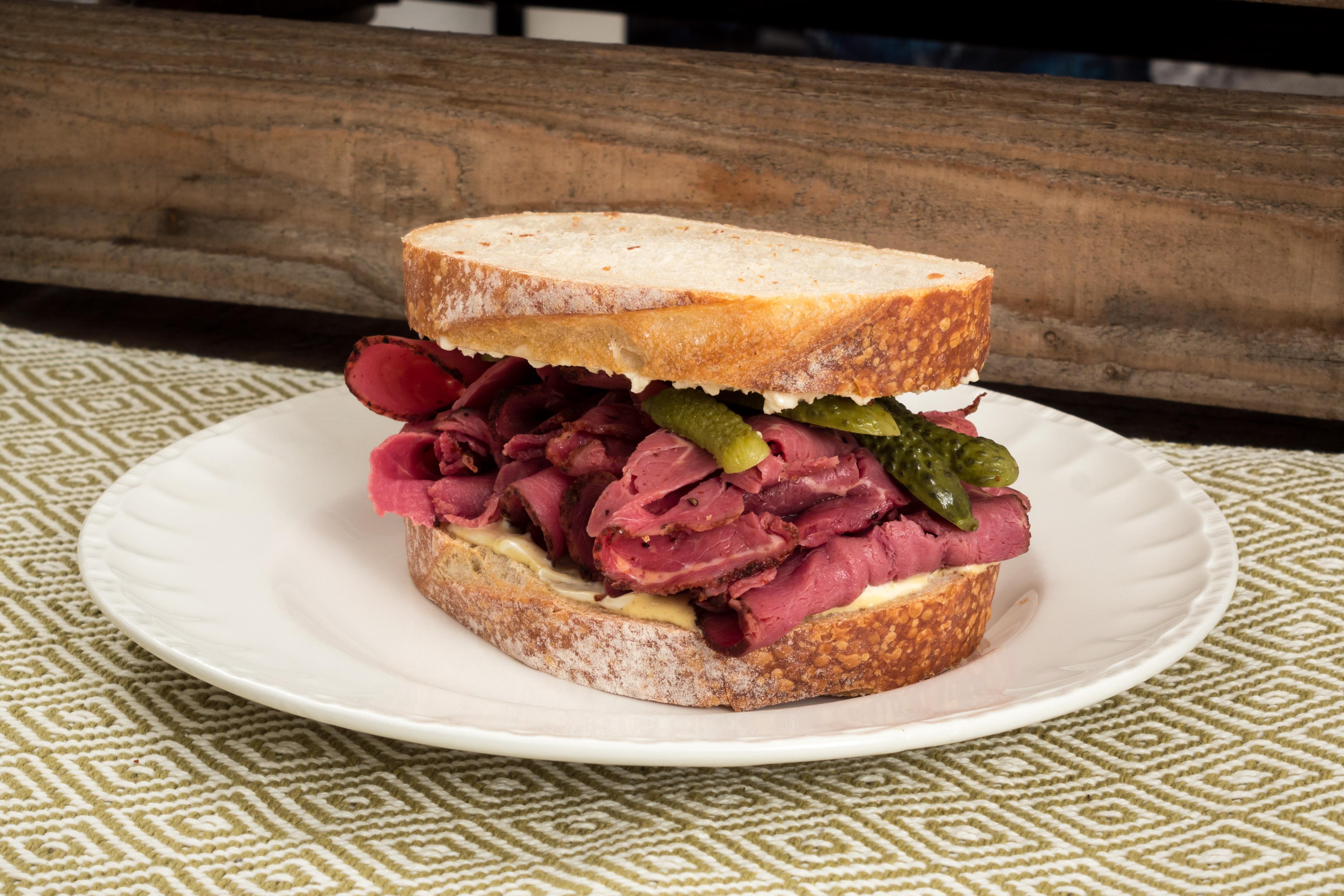 Rostbiffsmörgås med pepparrot och cornichoner