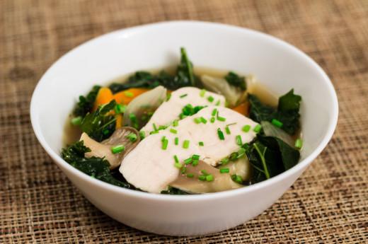 Enkel buljong med kyckling och grönsaker