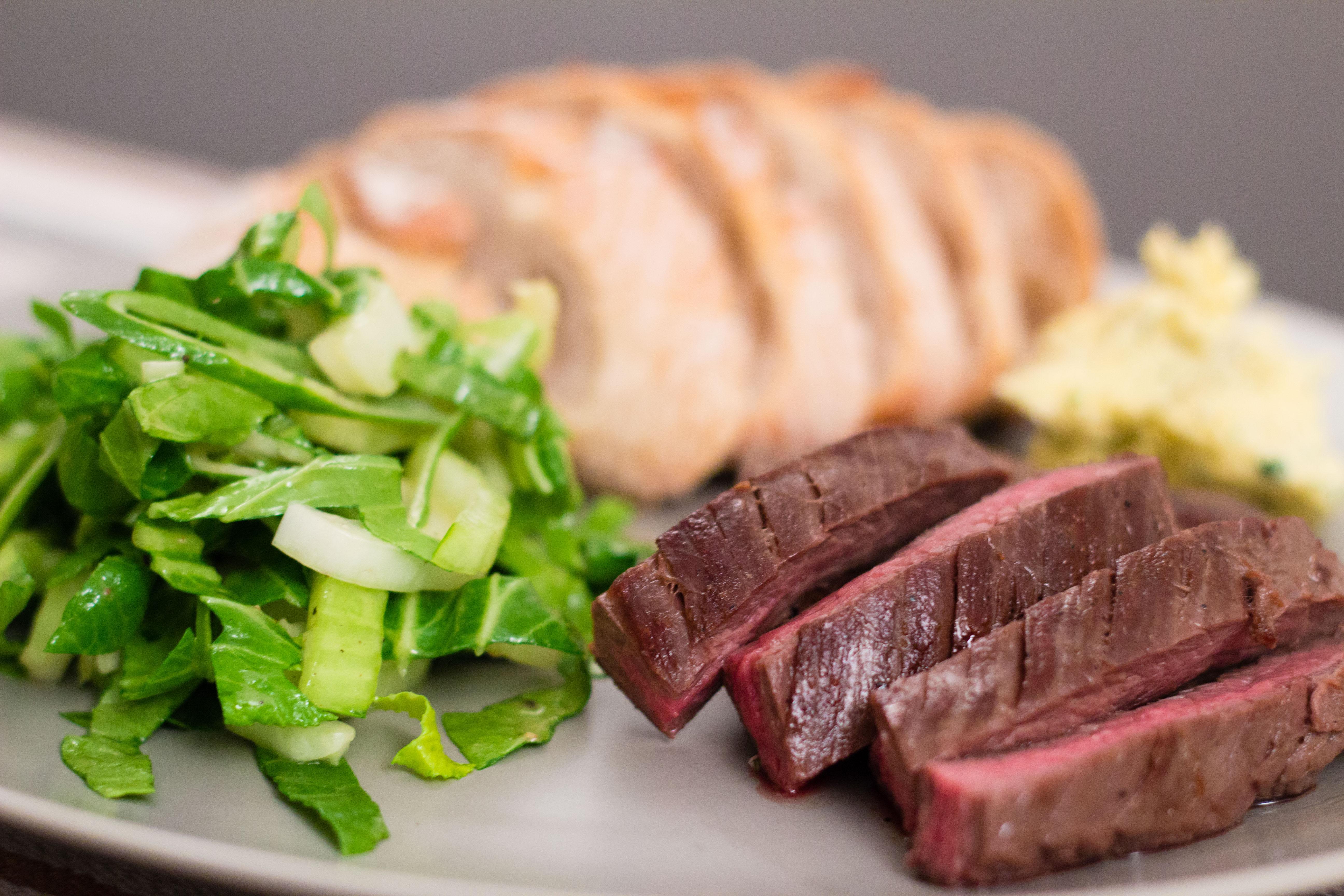 Flankstek med vitlökssmör och bok choi-sallad