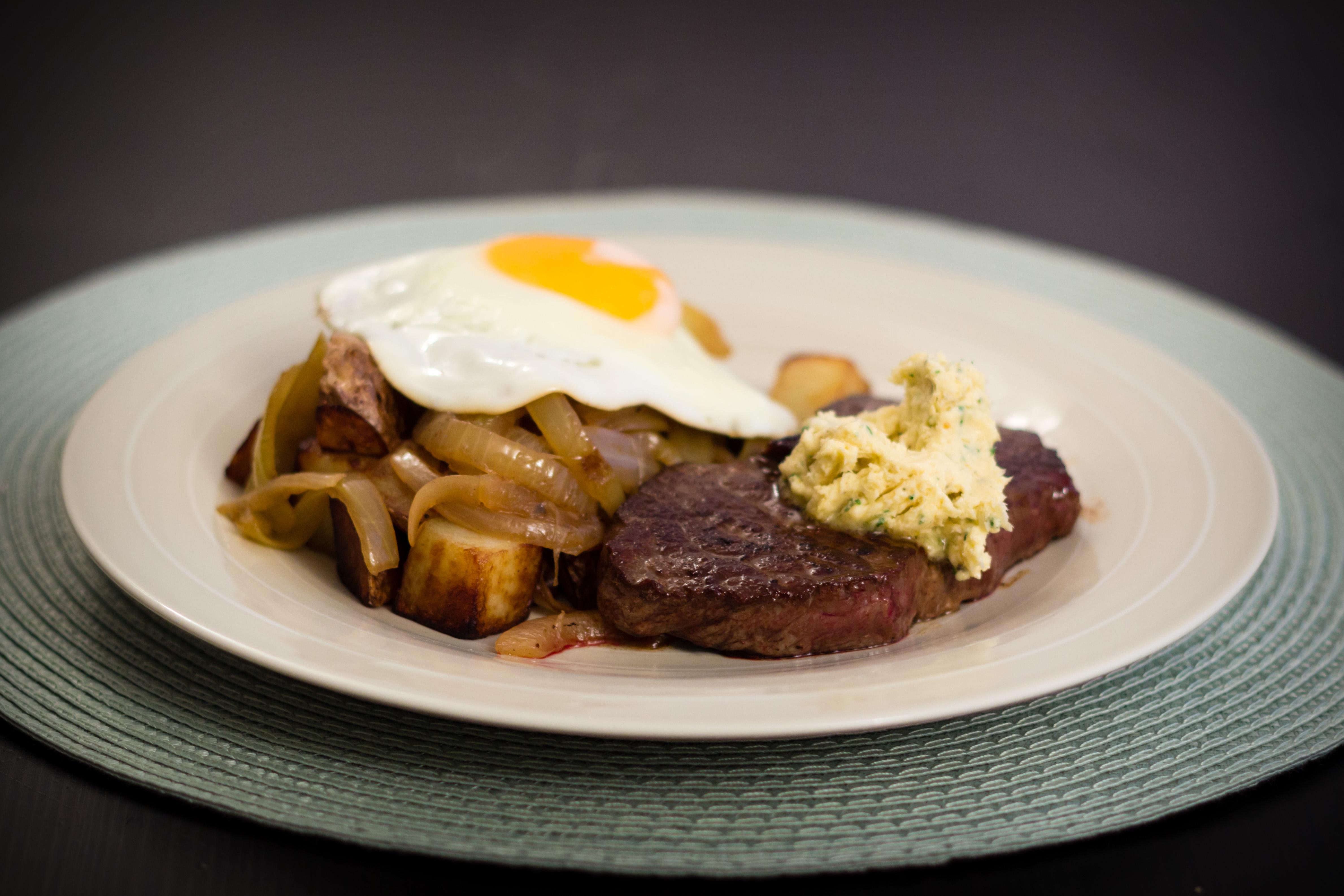 Biff med stekt potatis, lök, ägg och pepparrotssmör