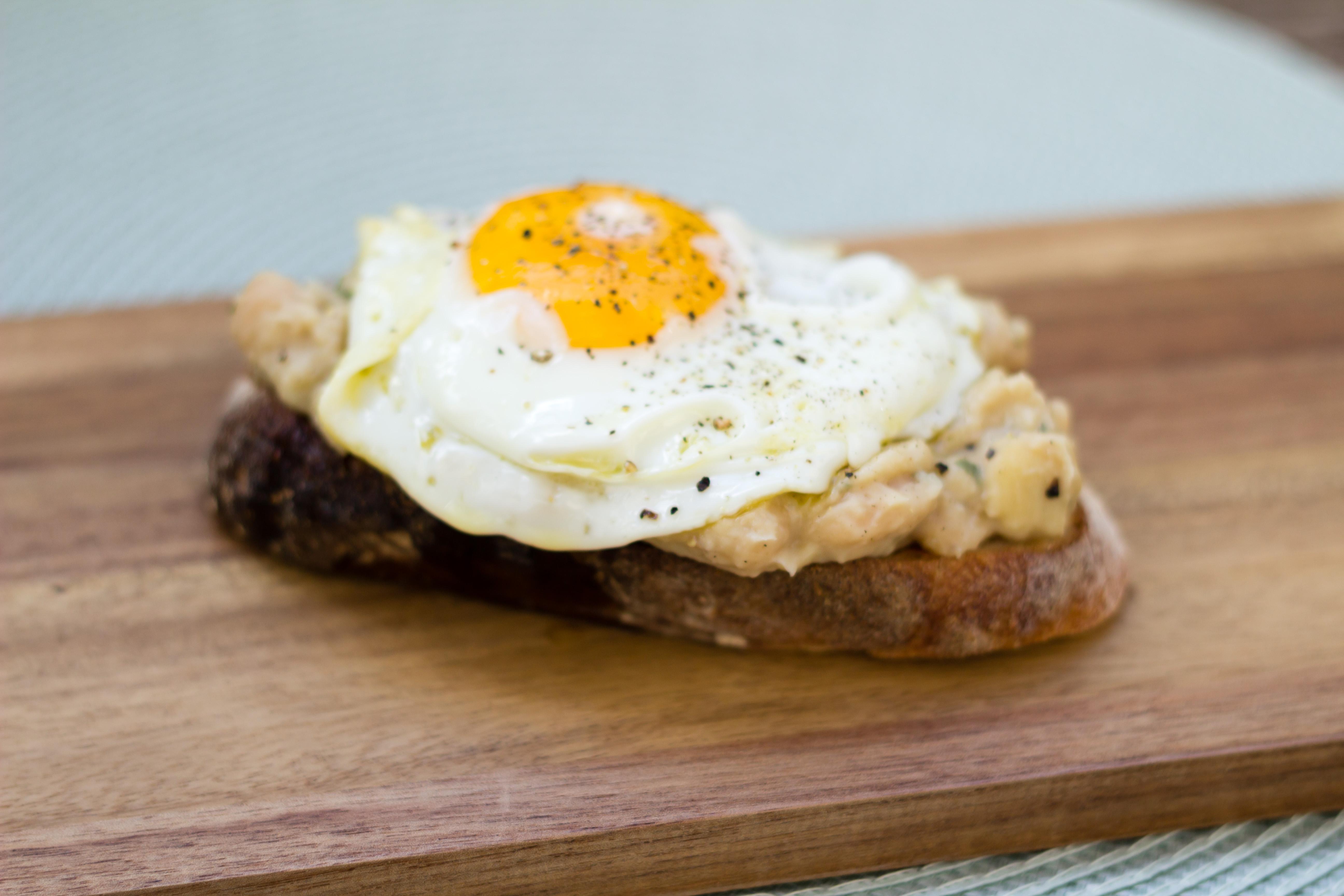 Vit bönröra på toast med ägg