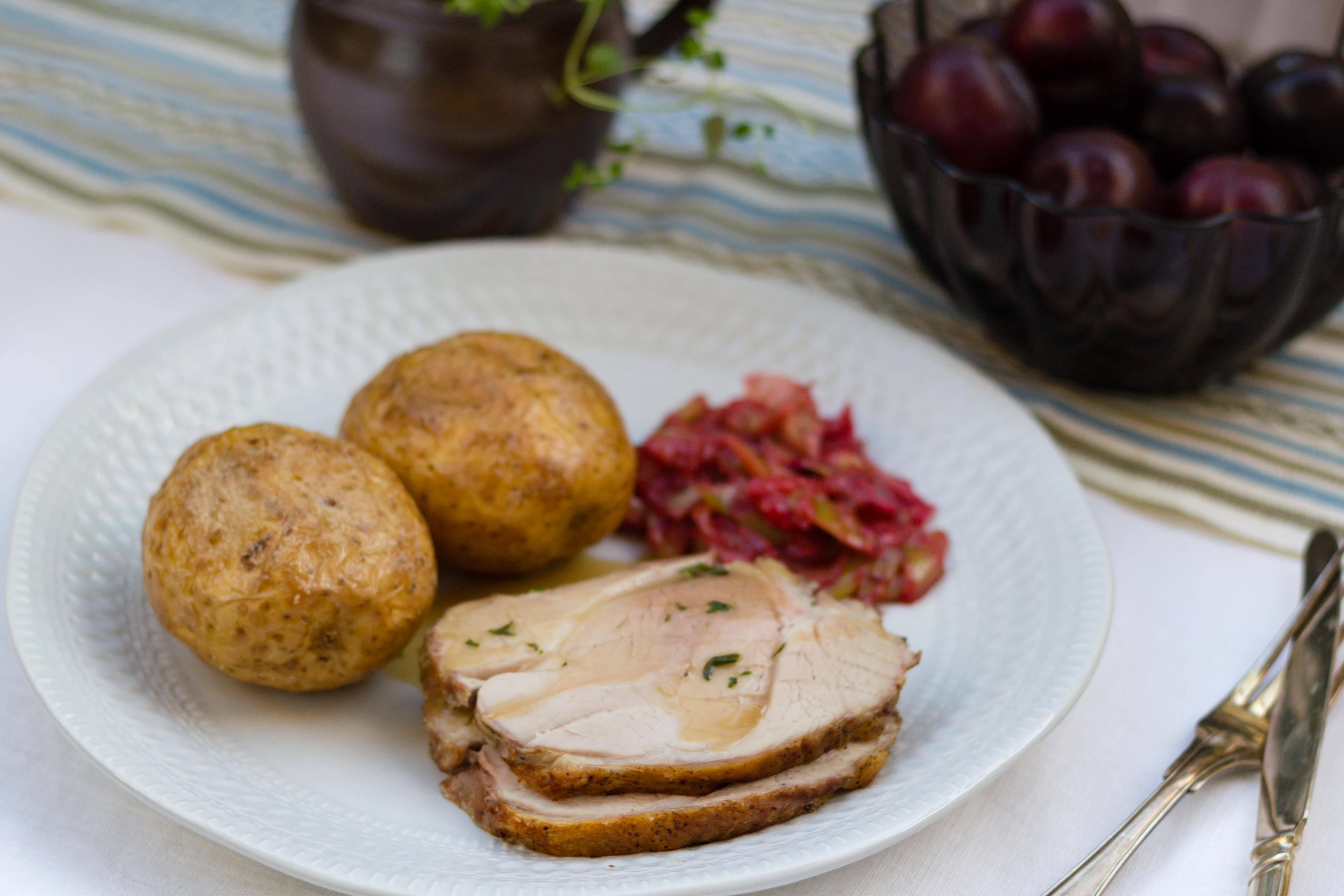 Fläskstek med bakad potatis och purjoplommon-kompott