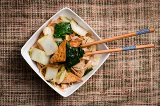 Wok med krispig tofu och nudlar