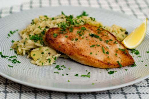 Kyckling med risoni, kronärtskockor och kapris