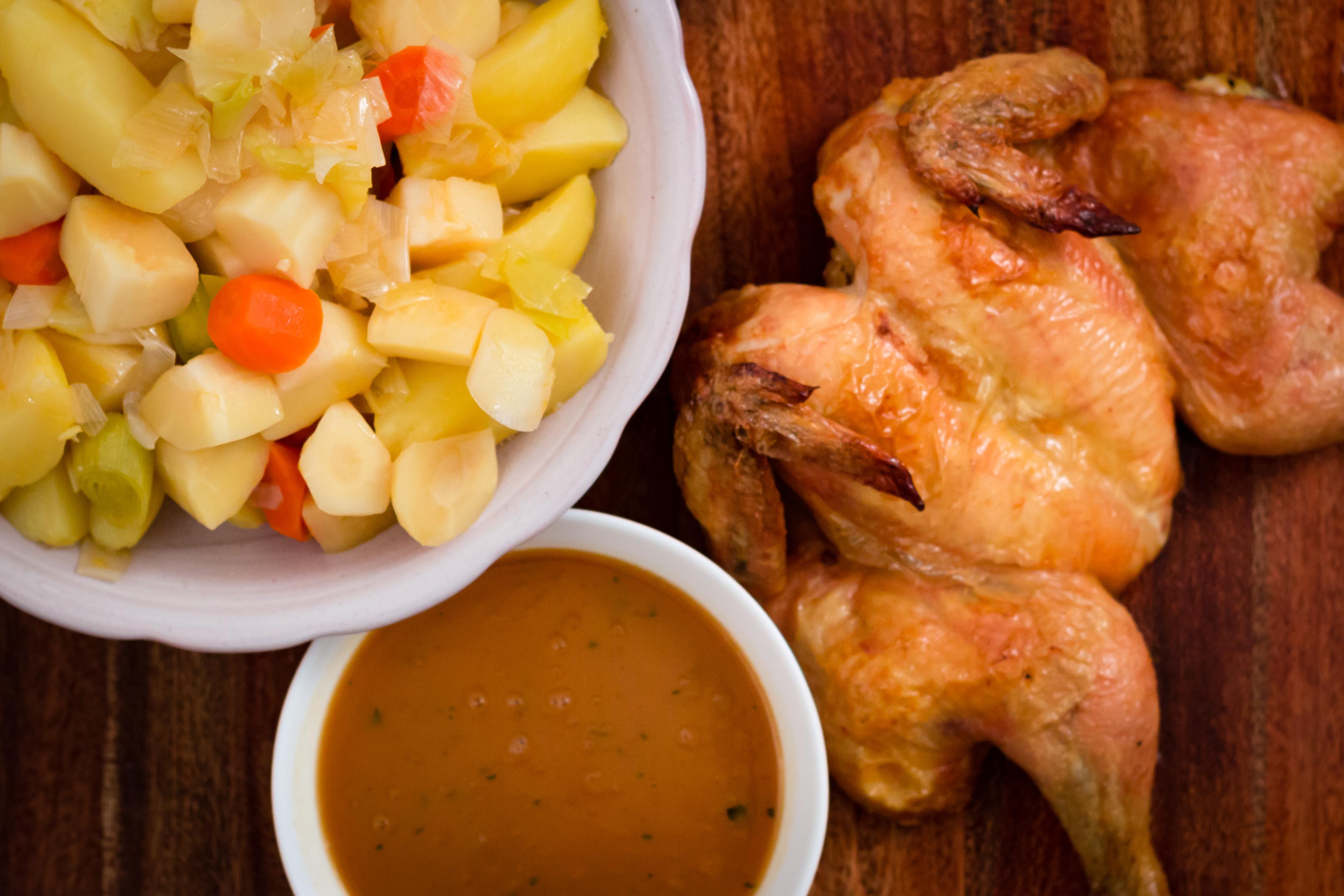 Helstekt kyckling med grönsaker och hemgjord sås