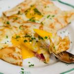 Crêpes med ost, skinka och stekt ägg