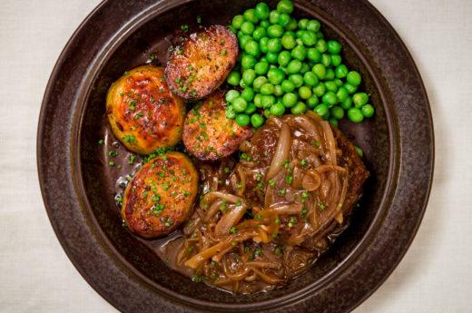 Köttfärsbiffar med löksky och smörrostad potatis