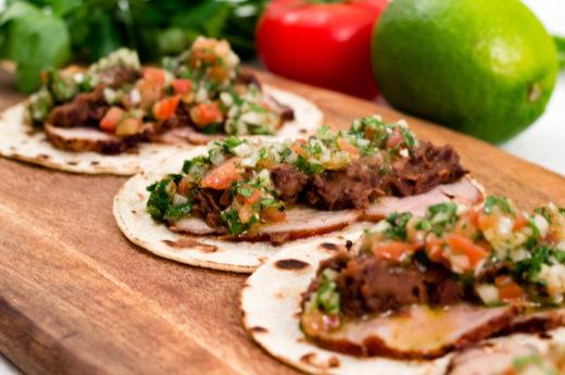 Tacos på helstekt fläskytterfilé med refried beans och chimichurri-salsa
