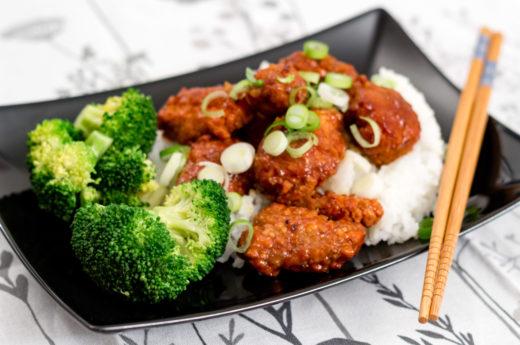 Friterad apelsinkyckling med ris och broccoli