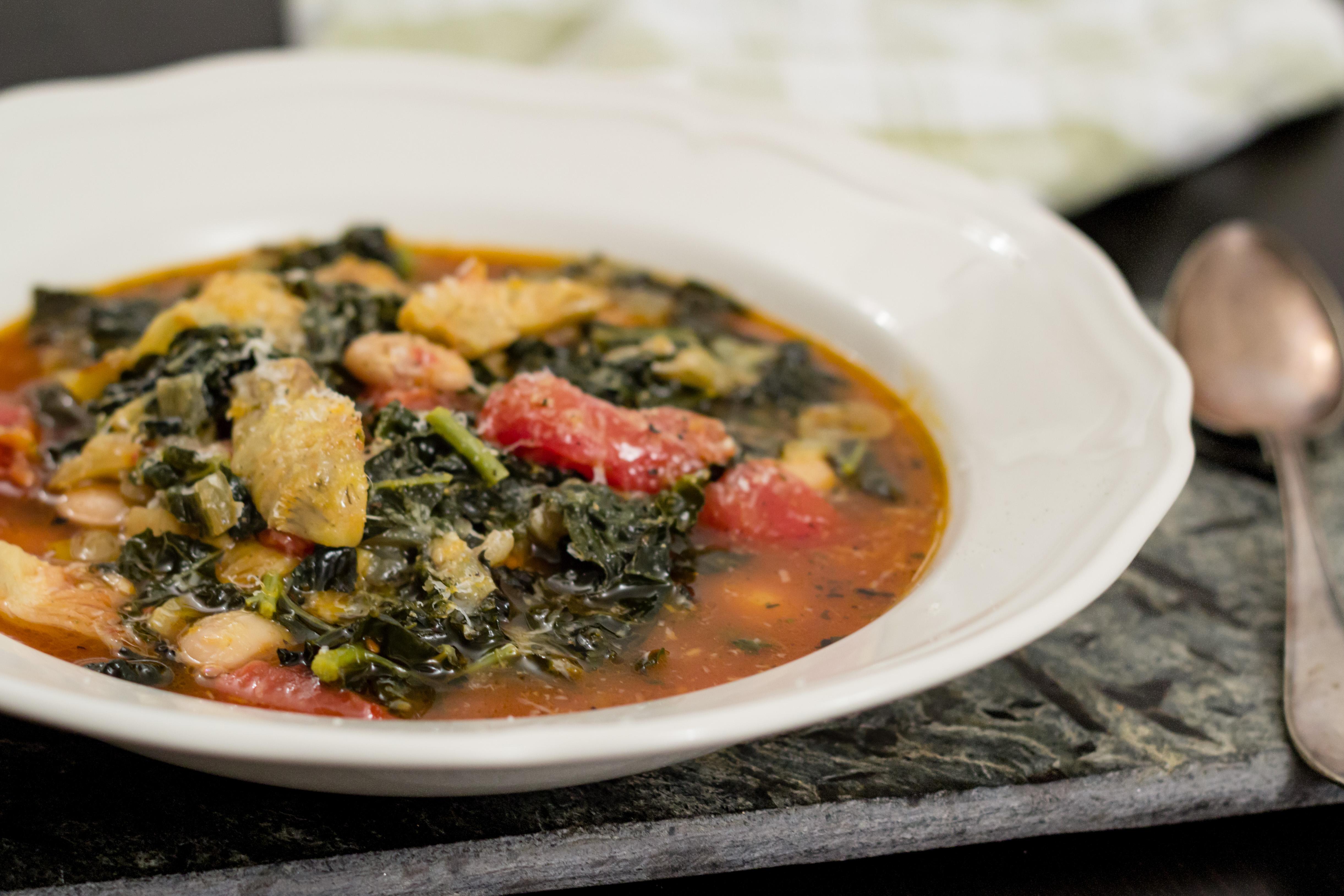 Mustig grönsakssoppa på tomat, svartkål, kronärtskockor och stora vita bönor