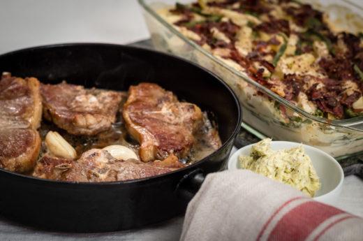 Lammkotletter med grönsaks- och bacongratäng och örtigt vitlökssmör