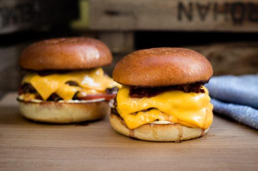 Dubbel smashad burgare med ost och bacon