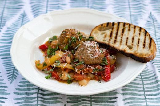 Stora italienska köttbullar med paprika, tomat och bönor