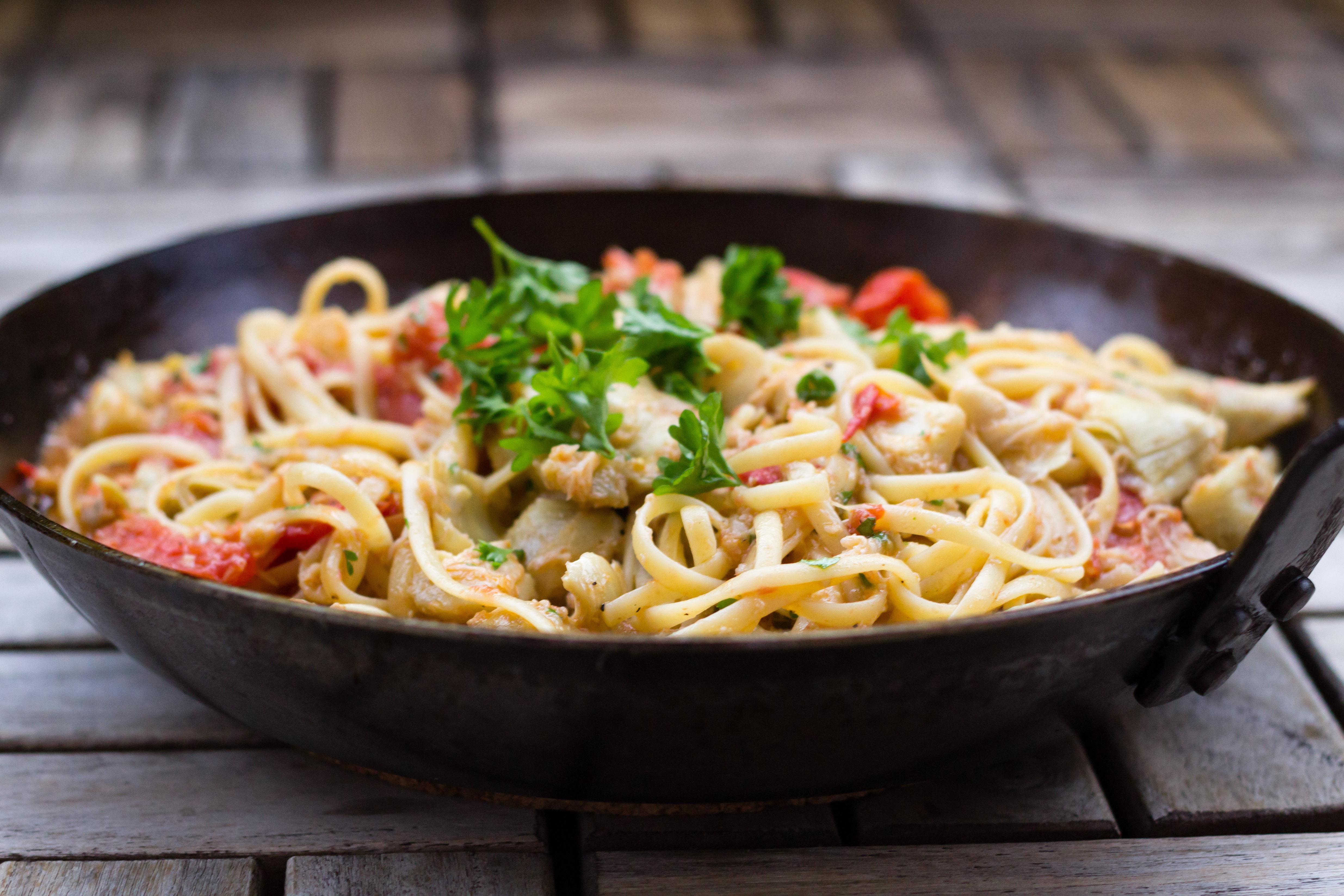 Pasta med krabba, tomat och kronärtskocka